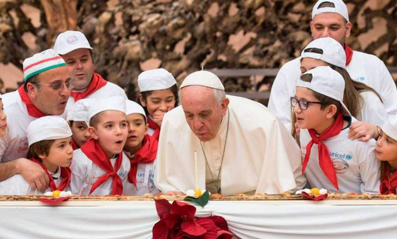 El terrible dolor que padece el Papa Francisco que no le permite ponerse de pie 1