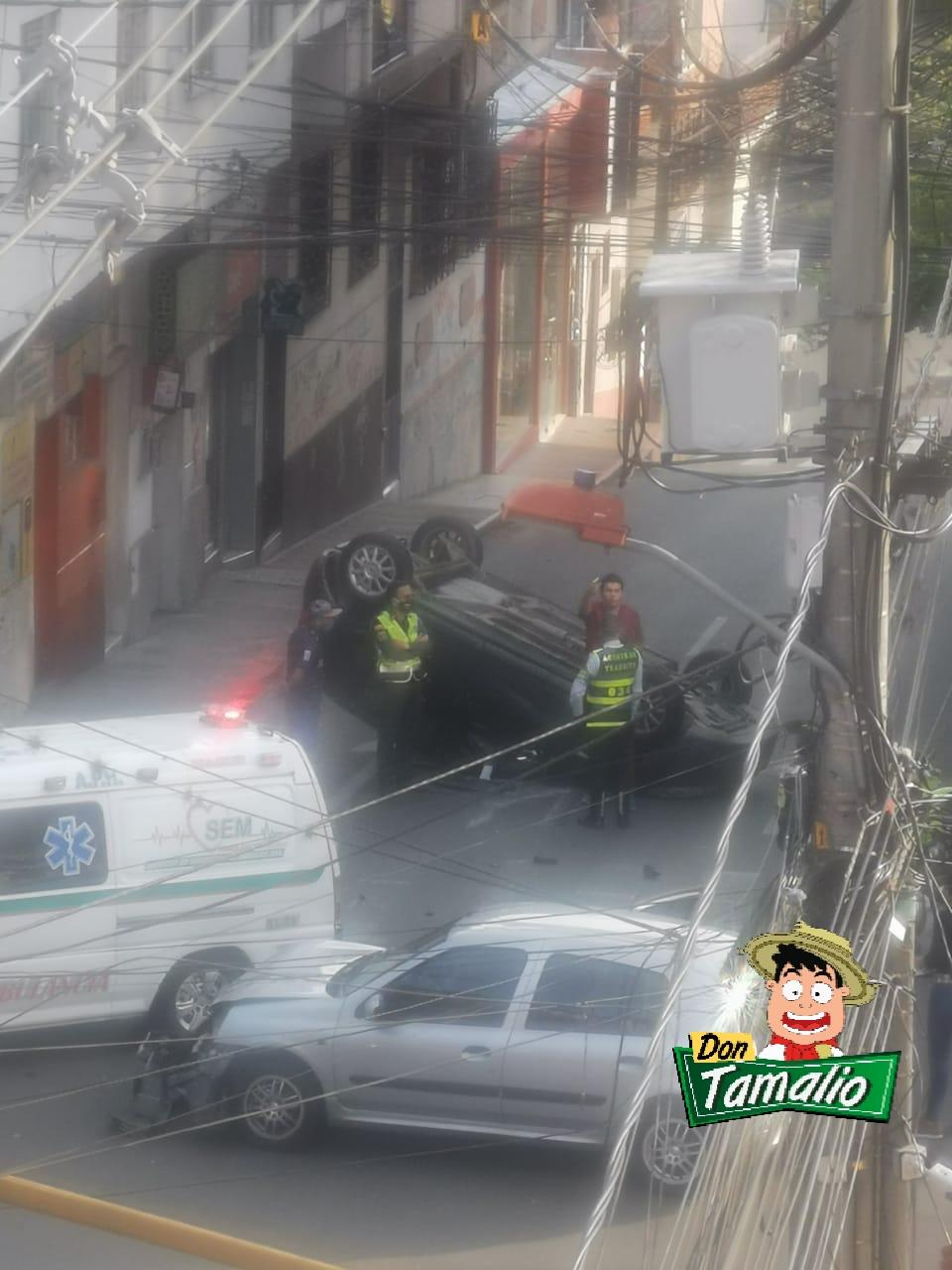 Exceso de velocidad dejó carro de un médico volcado en plano centro de Ibagué 3