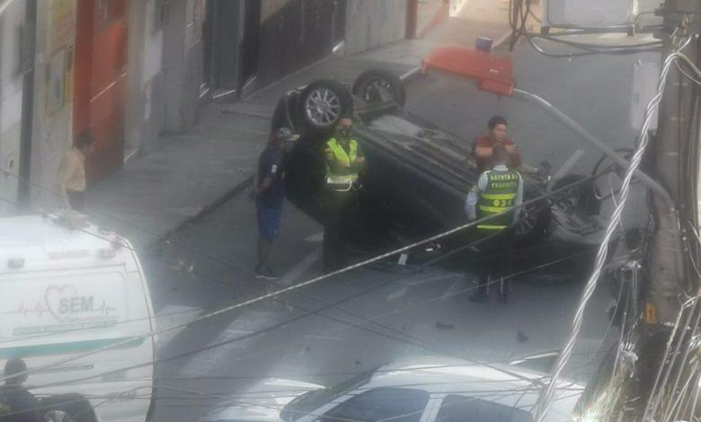 Exceso de velocidad dejó carro de un médico volcado en plano centro de Ibagué 1
