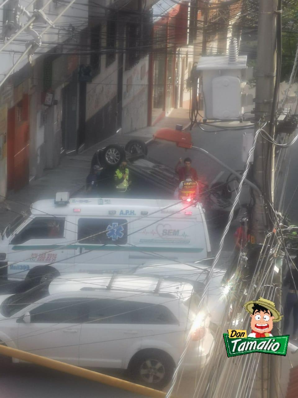 Exceso de velocidad dejó carro de un médico volcado en plano centro de Ibagué 2