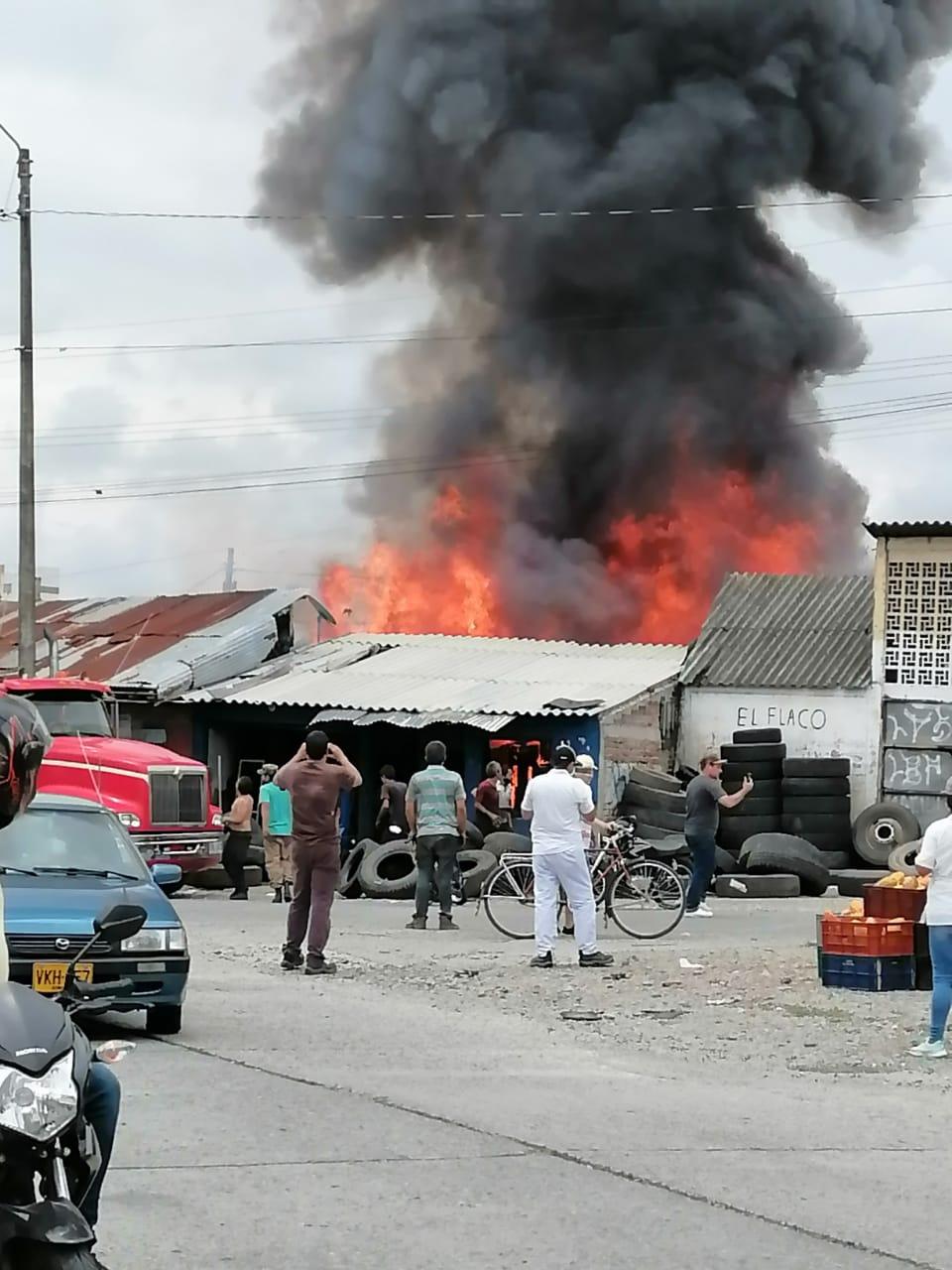 Incendio consume locales cerca de Arenales en Armenia 2