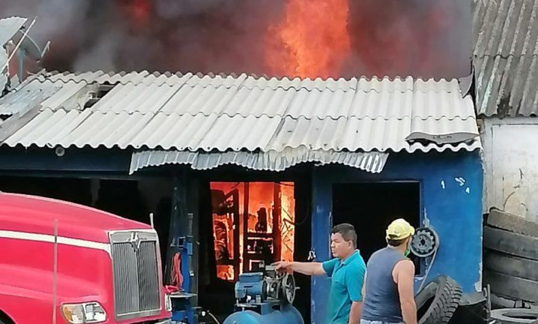 Incendio consume locales cerca de Arenales en Armenia 1