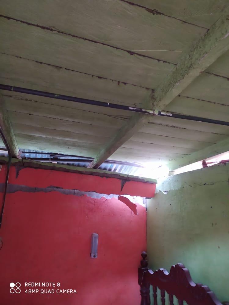 Jeep cargado con aguacate cayó sobre una vivienda en Casabianca 9