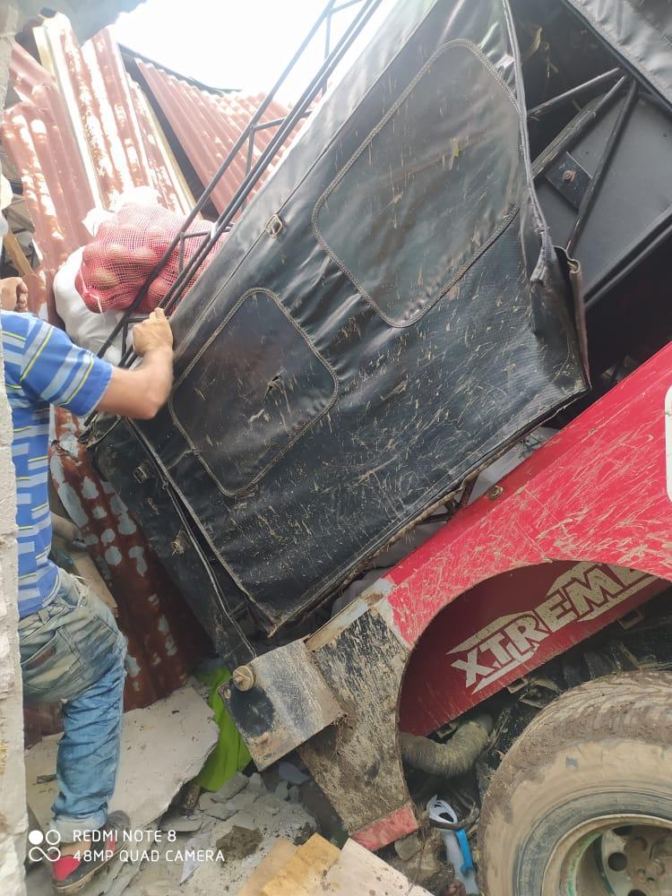 Jeep cargado con aguacate cayó sobre una vivienda en Casabianca 7