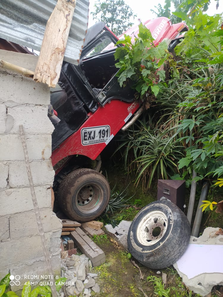 Jeep cargado con aguacate cayó sobre una vivienda en Casabianca 5