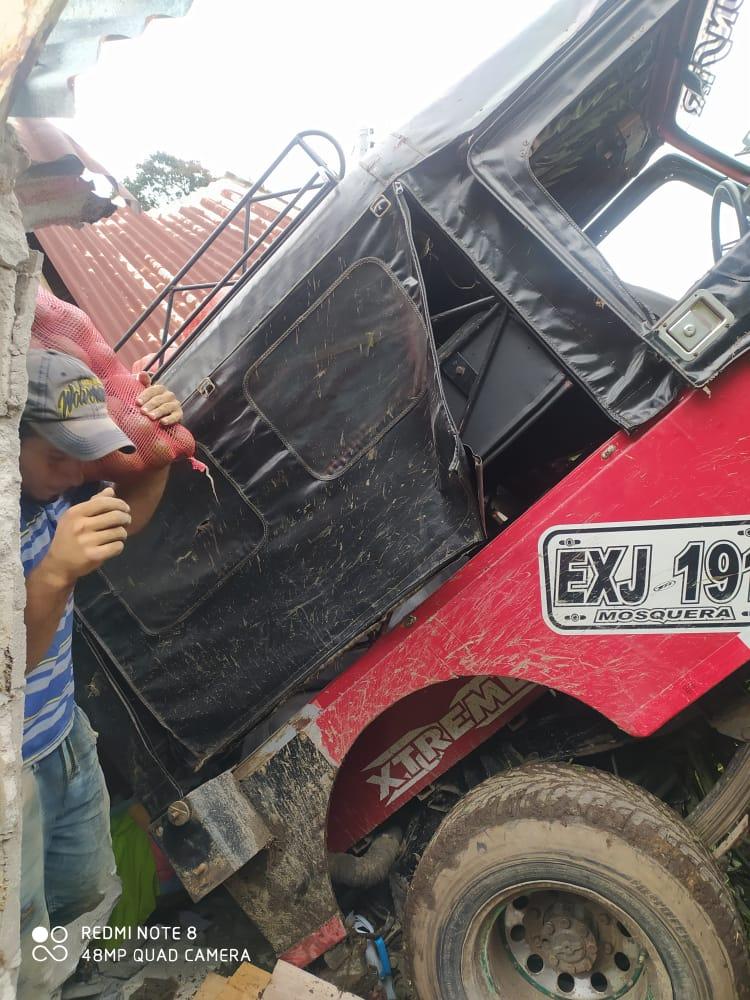 Jeep cargado con aguacate cayó sobre una vivienda en Casabianca 6