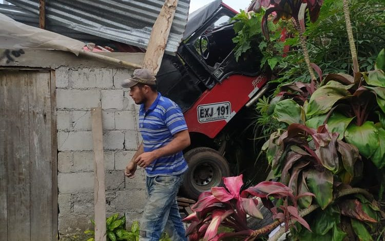 Jeep cargado con aguacate cayó sobre una vivienda en Casabianca 1