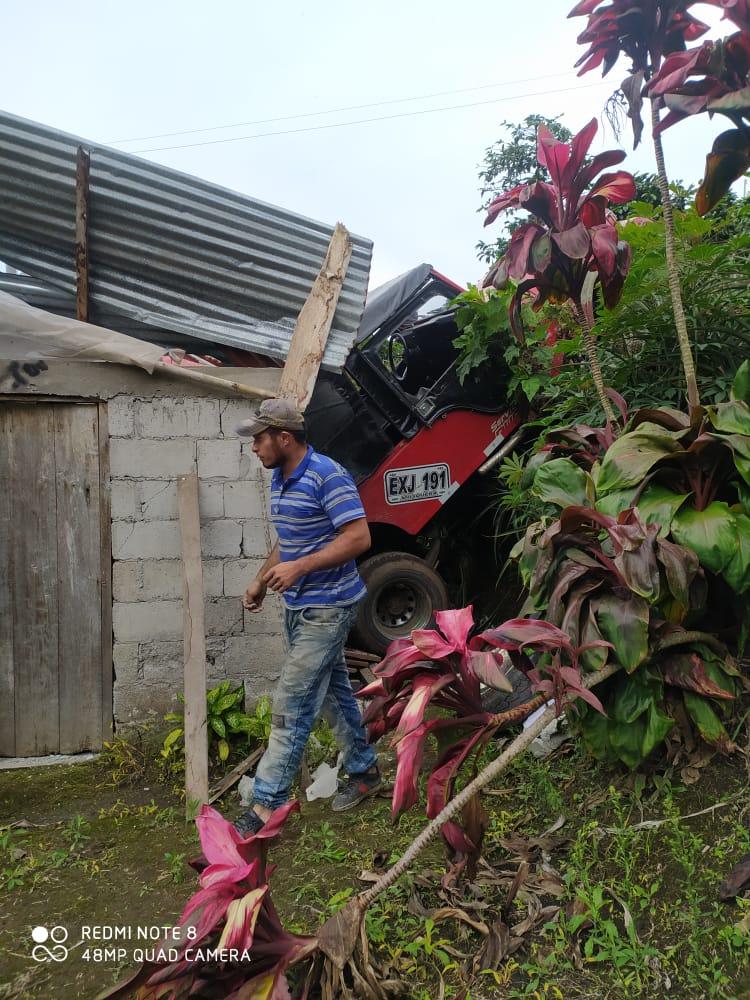 Jeep cargado con aguacate cayó sobre una vivienda en Casabianca 3