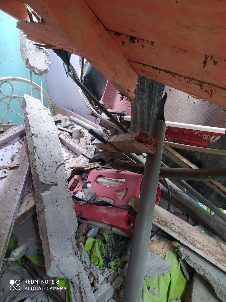 Jeep cargado con aguacate cayó sobre una vivienda en Casabianca 2