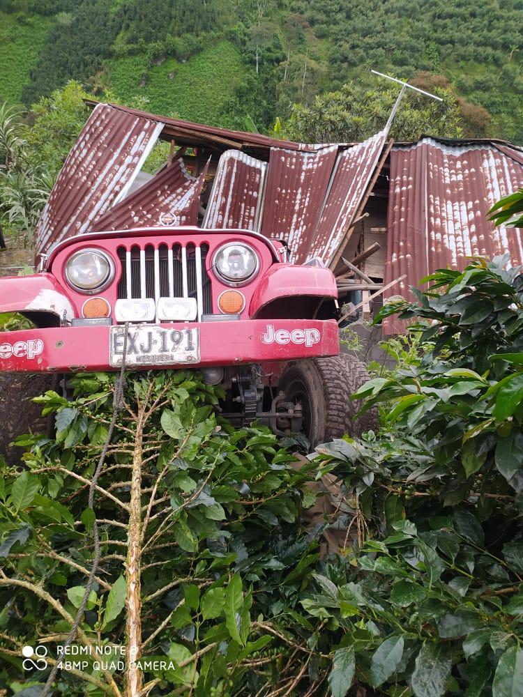 Jeep cargado con aguacate cayó sobre una vivienda en Casabianca 4