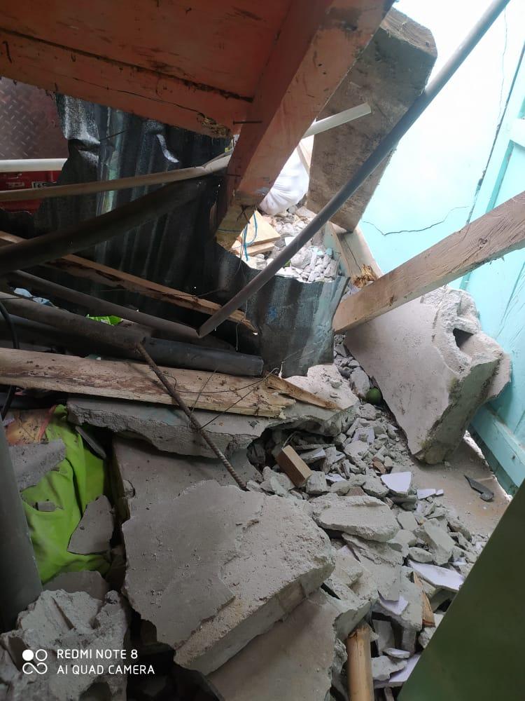 Jeep cargado con aguacate cayó sobre una vivienda en Casabianca 10