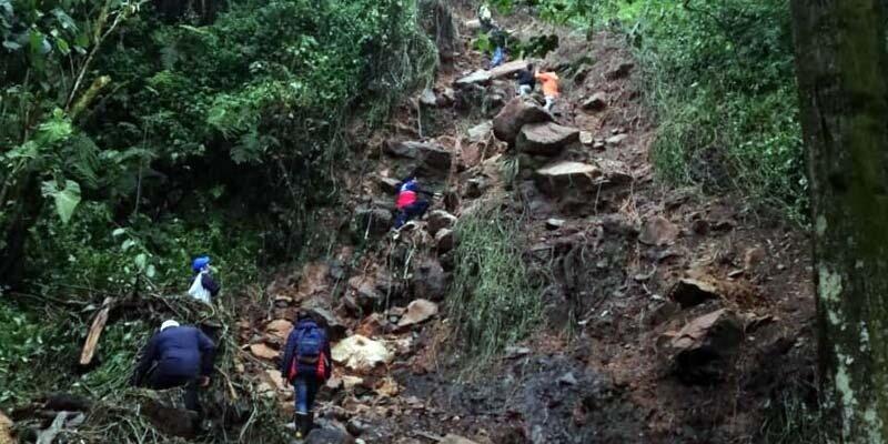 Así fue el rescate de cuatro personas atrapadas por fuertes lluvias 3