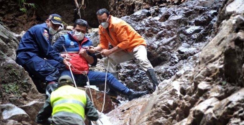 Así fue el rescate de cuatro personas atrapadas por fuertes lluvias 1