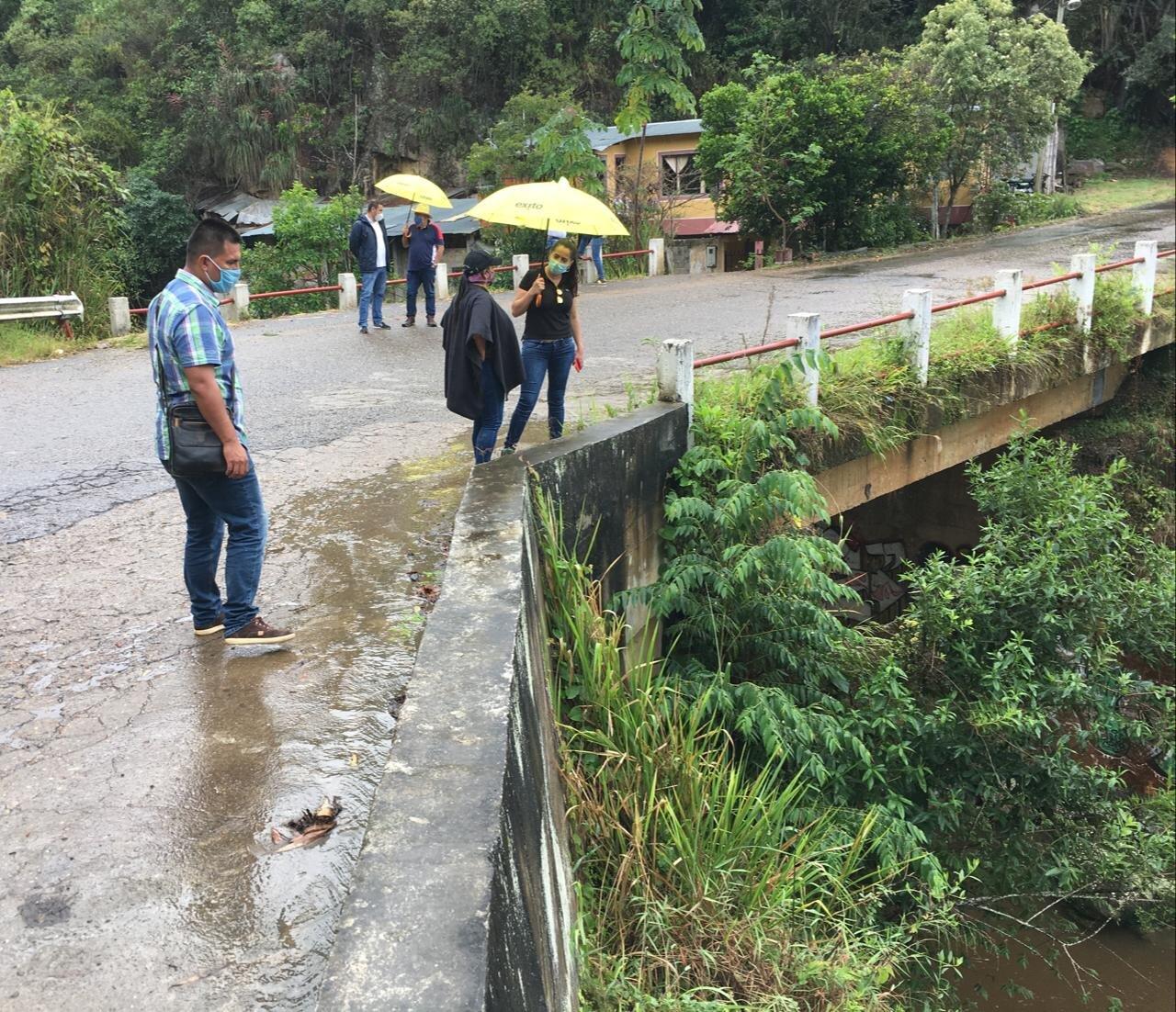 Le 'meterán mano' a vías terciarias y puente a la entrada de Icononzo 2