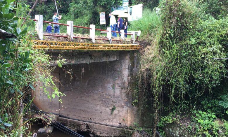 Le 'meterán mano' a vías terciarias y puente a la entrada de Icononzo 1