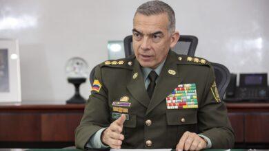 Photo of Carlos Holmes salió a defender al General Atehortua, investigado por casas fiscales en el Tolima