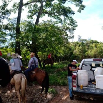 A pesar de restricciones, concejales de Cunday estuvieron en cabalgata y bebiendo licor 3