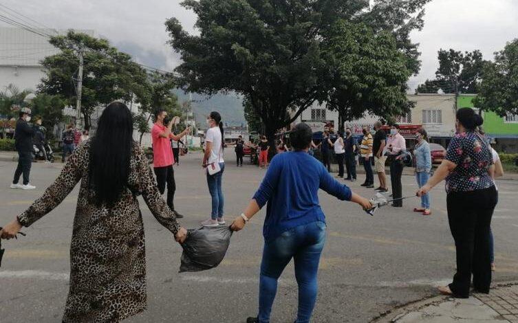 Padres de estudiantes del colegio Comfatolima bloquearon importante vía hacia el barrio El Salado 1