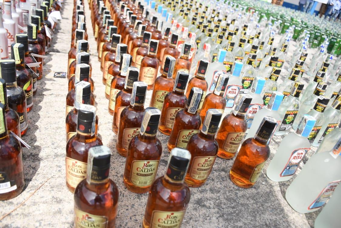 24 mil 100 unidades de botellas de licor adulterado y de contrabando destruidas en el Tolima 3