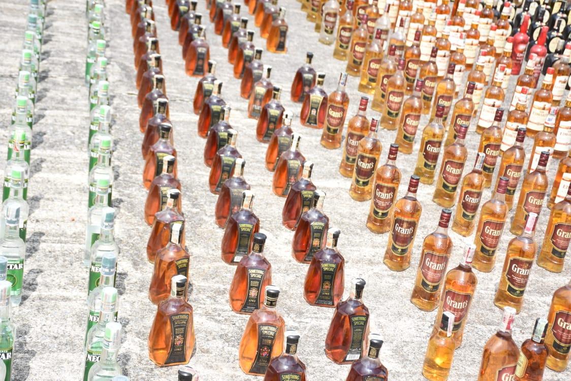 24 mil 100 unidades de botellas de licor adulterado y de contrabando destruidas en el Tolima 11
