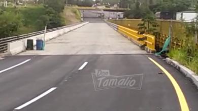 Policías evitan que mujer se lanzaran del puente con su hijo en brazos 11