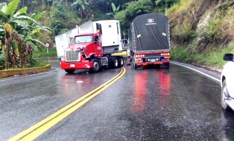 Monumental trancón generó accidente de tractomulas en la vía a La Línea 1