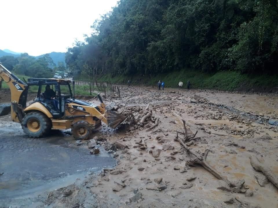 Habilitan paso en la vía Fresno- Manizales tras derrumbe 4