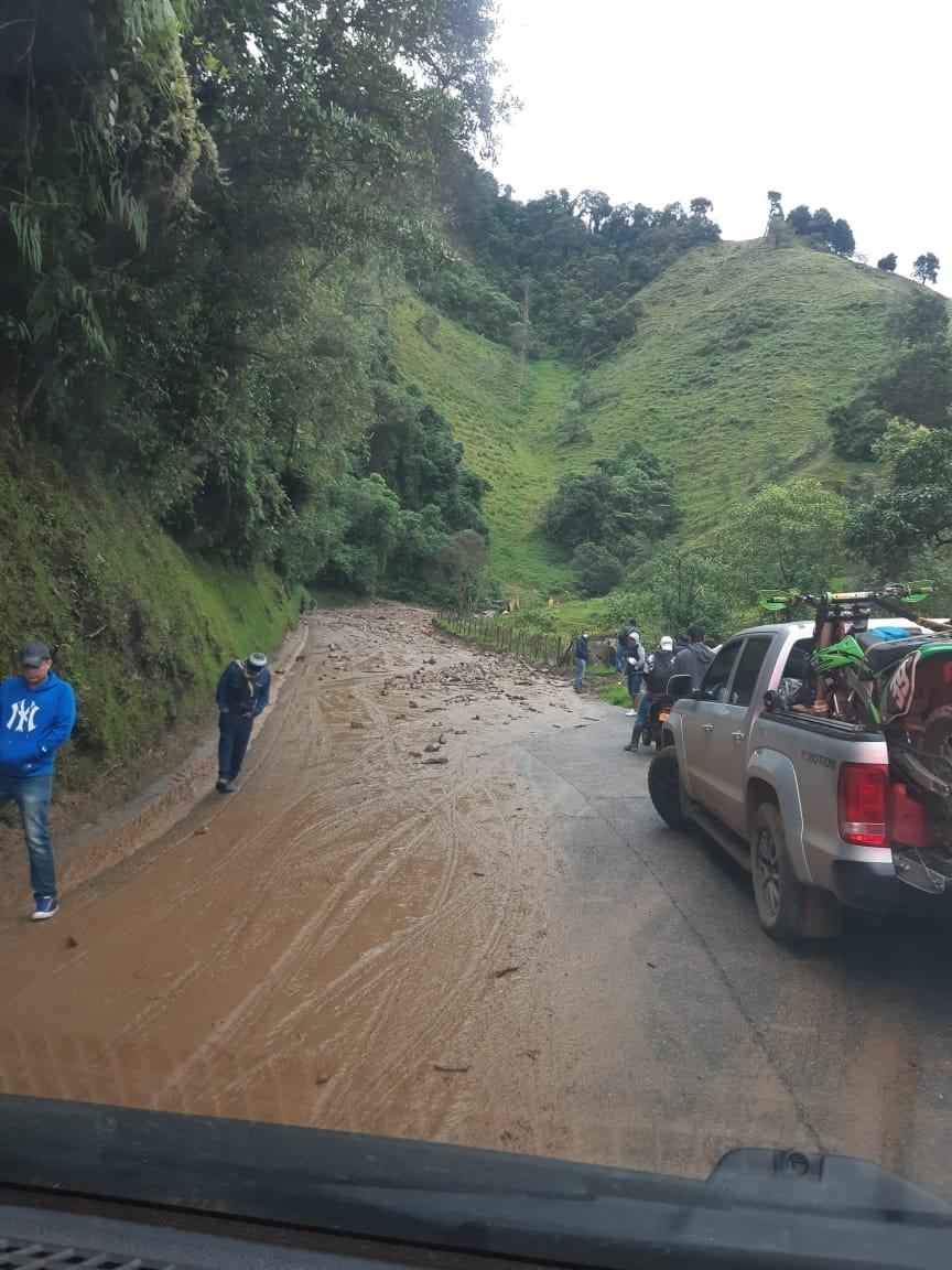 Habilitan paso en la vía Fresno- Manizales tras derrumbe 8