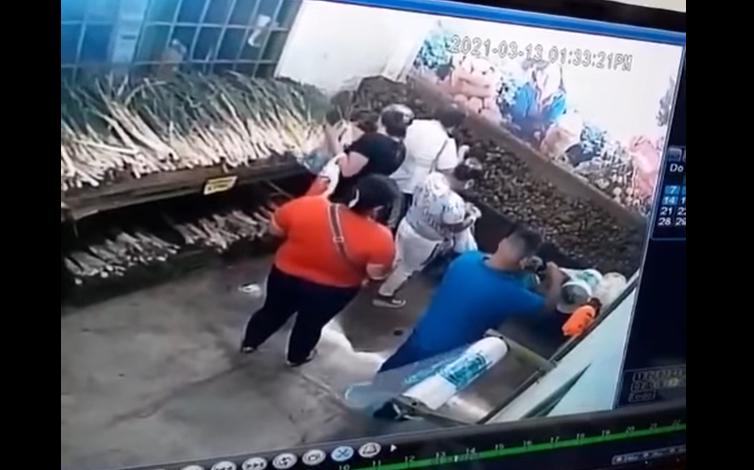 En video quedó registrado como tres mujeres robaron a una adulta bajo la modalidad de cosquilleo 1