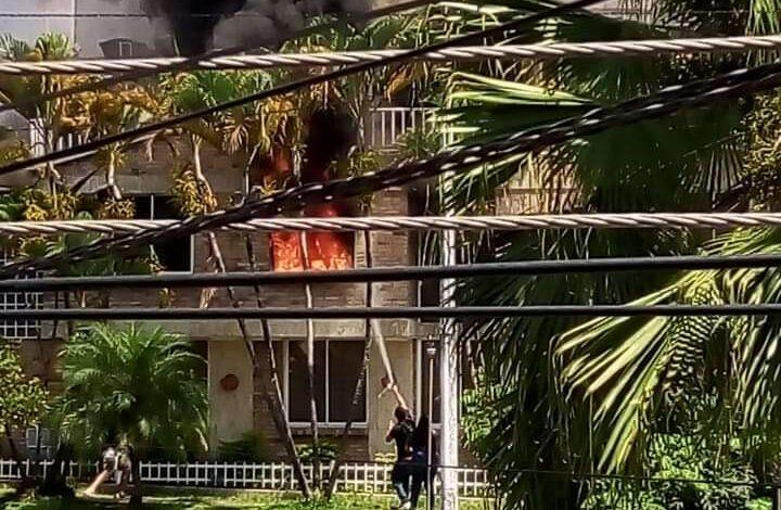 Controlado gigantesco incendio estructural en Prados del Norte 1