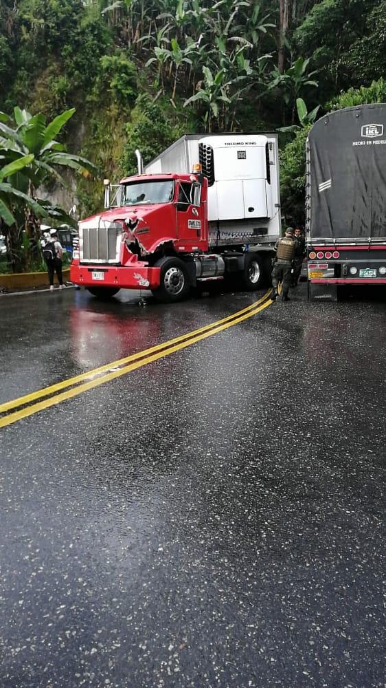 Monumental trancón generó accidente de tractomulas en la vía a La Línea 2