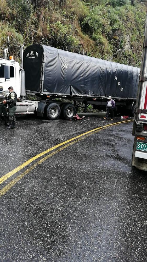 Monumental trancón generó accidente de tractomulas en la vía a La Línea 3