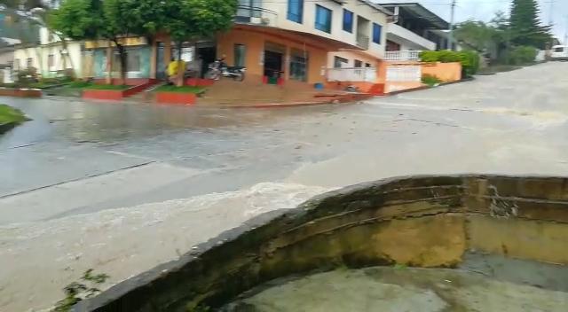 Declaran calamidad pública en Villarrica por desbordamiento de la quebrada el Botadero 1