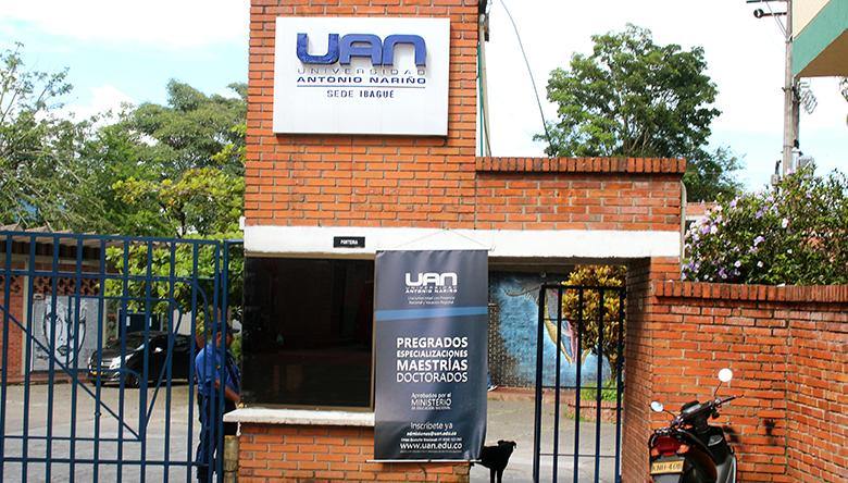 Rompevidrios atacaron camioneta del rector de la universidad Antonio Nariño 1