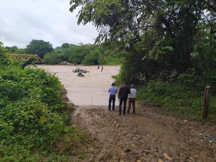 Creciente del río Ortega, dejó tracto camión atrapado 7