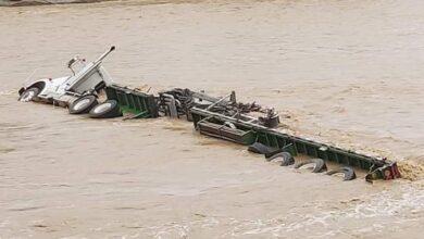 Creciente del río Ortega, dejó tracto camión atrapado 3
