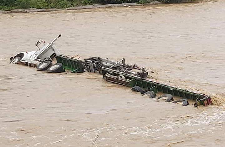 Creciente del río Ortega, dejó tracto camión atrapado 5