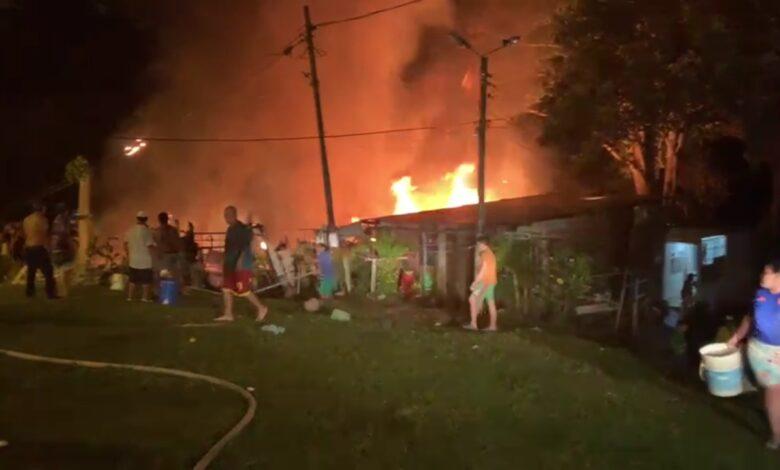 Voraz incendio consumió cinco viviendas en Brisas del Combeima 1
