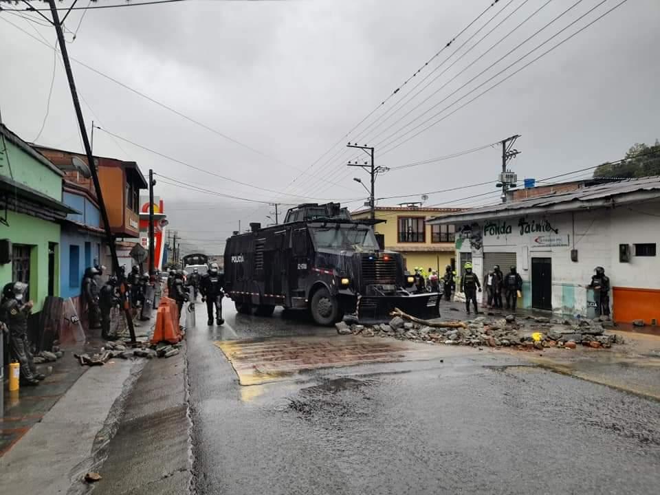 Con gases, grúas y aturdidoras, ESMAD levantó bloqueos en el sur de Ibagué 6