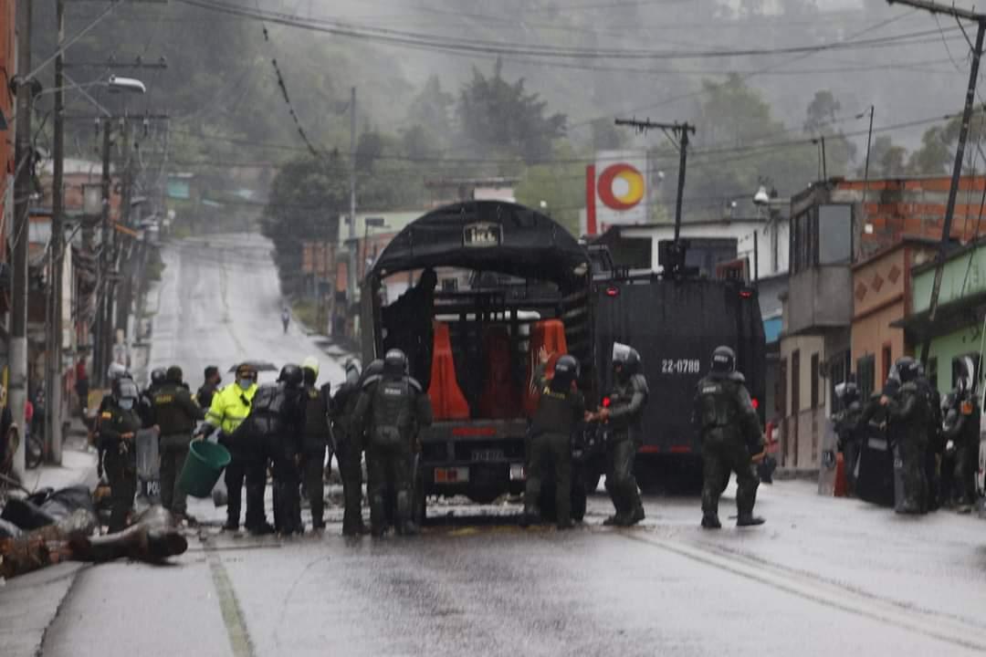 Con gases, grúas y aturdidoras, ESMAD levantó bloqueos en el sur de Ibagué 5