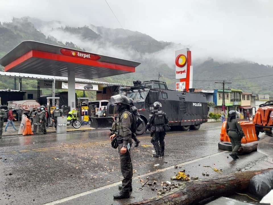 Con gases, grúas y aturdidoras, ESMAD levantó bloqueos en el sur de Ibagué 13