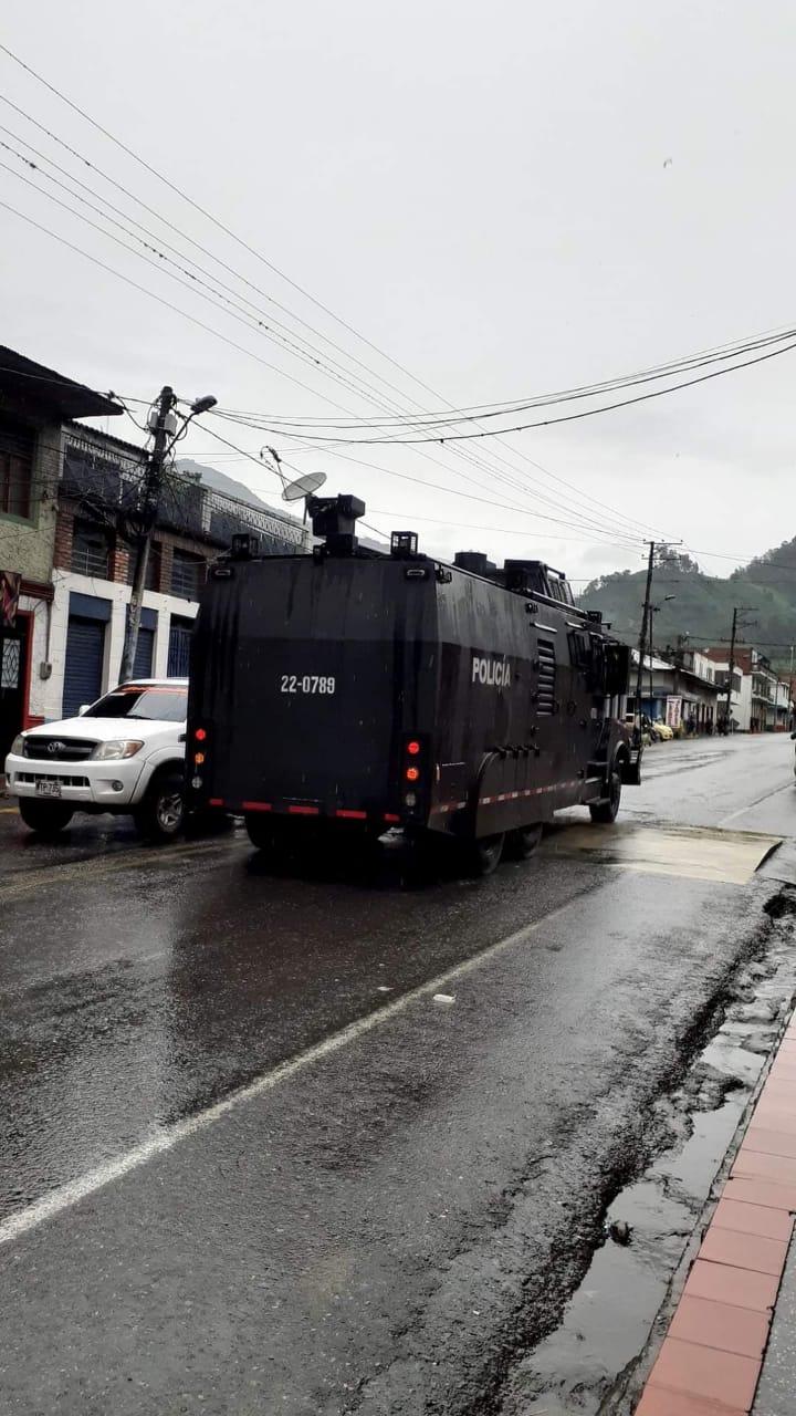 Con gases, grúas y aturdidoras, ESMAD levantó bloqueos en el sur de Ibagué 9