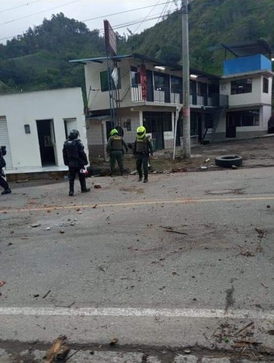 Con gases, grúas y aturdidoras, ESMAD levantó bloqueos en el sur de Ibagué 11