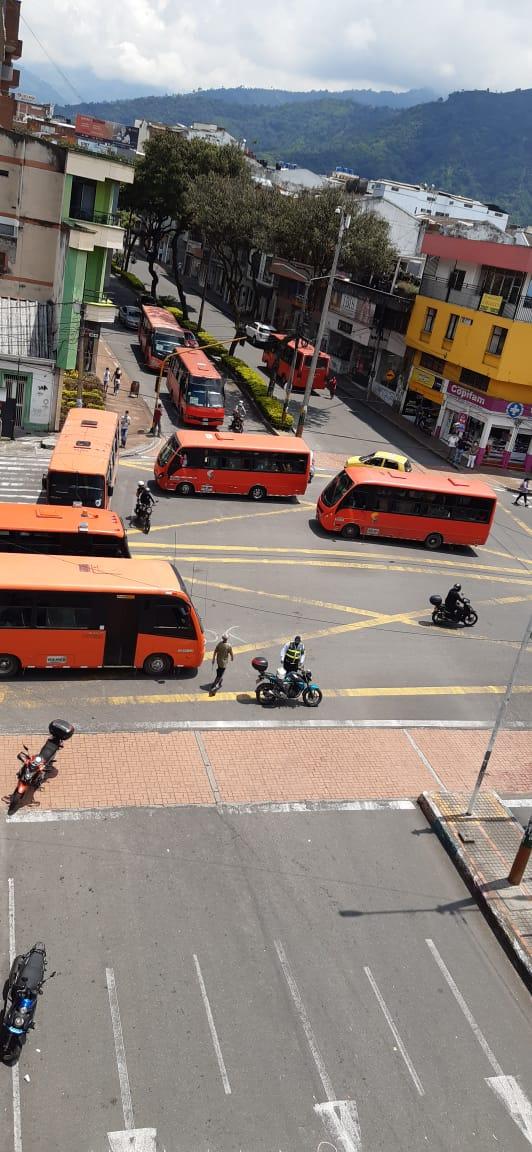 Busetas y taxis se suman a los bloqueos del Paro nacional en Ibagué 3