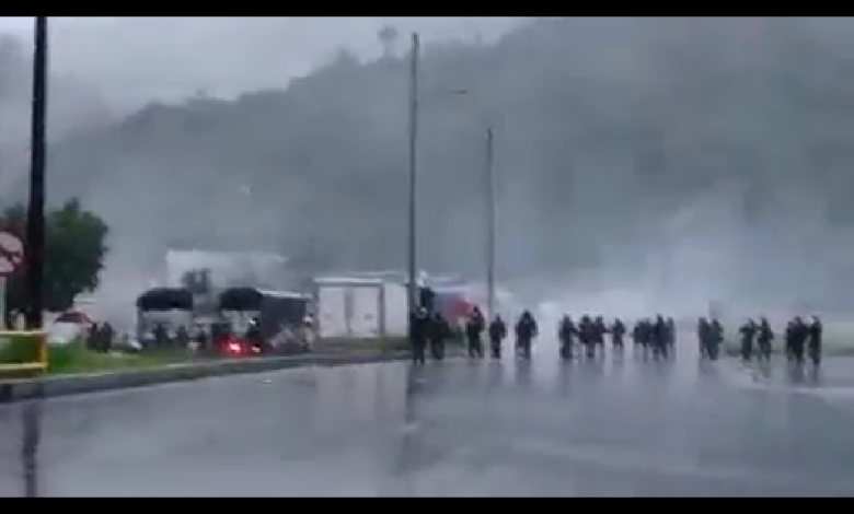 Con gases, grúas y aturdidoras, ESMAD levantó bloqueos en el sur de Ibagué 3