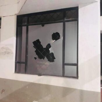 Con el vigilante encerrado, vándalos querían incendiar el ICETEX en Ibagué 3