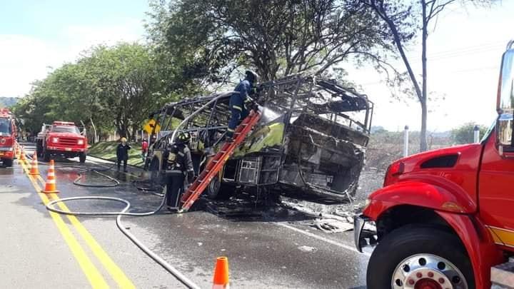 En cenizas quedó bus de Rápido Tolima en la vía La Dorada- Honda 9