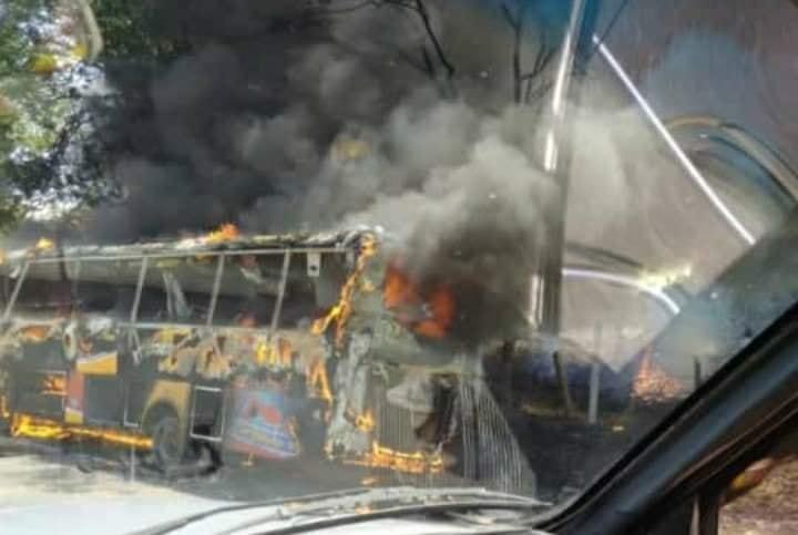 En cenizas quedó bus de Rápido Tolima en la vía La Dorada- Honda 10