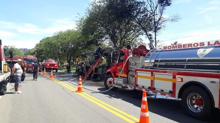 En cenizas quedó bus de Rápido Tolima en la vía La Dorada- Honda 7