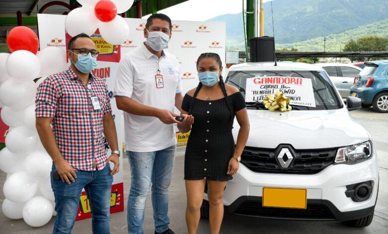 Supermercados Mercacentro y Colgate Palmolive entregaron carro a ganador 1
